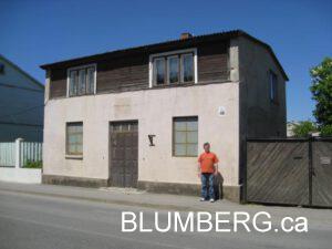 Jonathan Blumberg outside home of his grandfather Jankel Blumberg at 49 Liela Iela, Grobina.